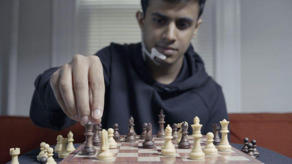 Arnav Kapur gioca a scacchi con il dispositivo AlterEgo