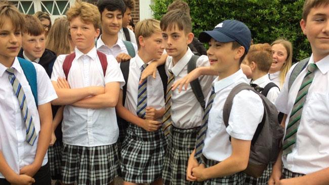 I ragazzi dell'Isca Academy in gonnella