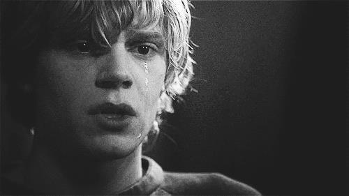GIF di un ragazzo in lacrime