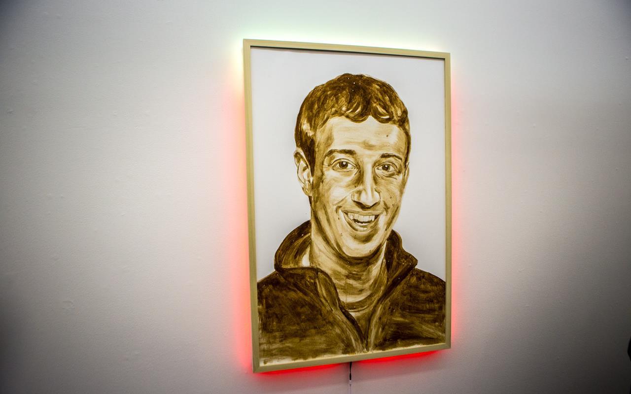 Il ritratto di Mark Zuckerberg fatto con le feci di KATSU