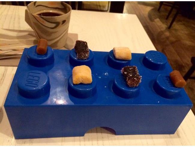 Un pasto servito su di un mattone LEGO