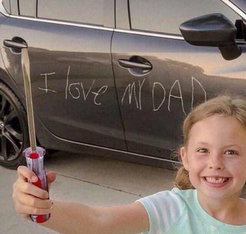 bambina che fa uno scherzo cattivo al papà