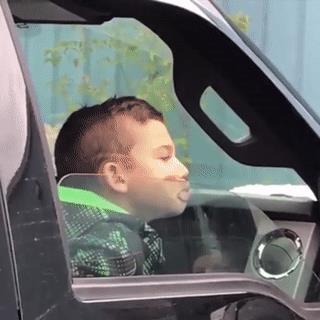 Un ragazzo con la faccia schiacciata su un finestrino - Le GIF più divertenti da scaricare e condividere su Facebook e WhatsApp
