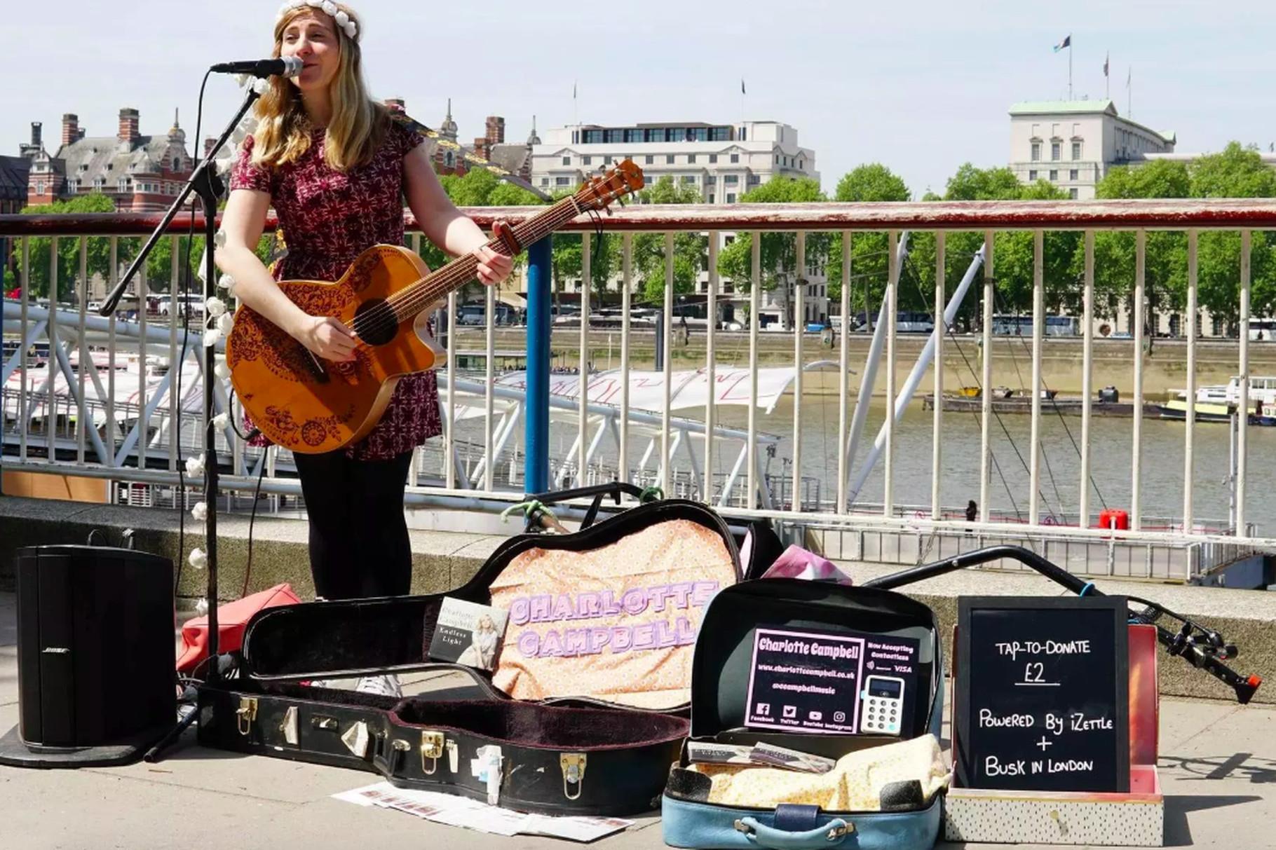 Charlotte Campbell con il POS per gli artisti di strada