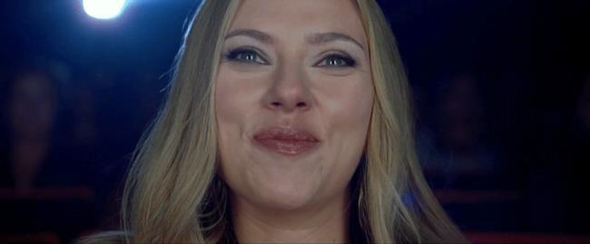 GIF di Scarlett Johansson che ride