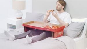 Il cartone della pizza che diventa un tavolino.