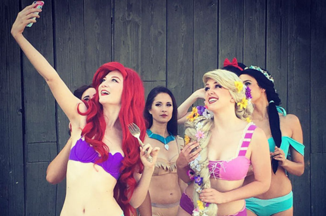 Modelle in bikini Disney che scattano un selfie