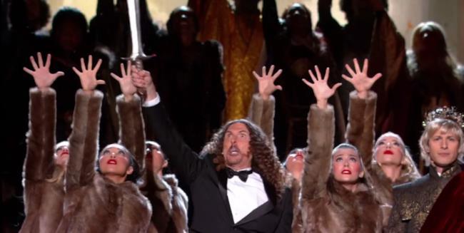 Weird Al Yankovic si è inventato il testo della colonna sonora di importanti serie tv