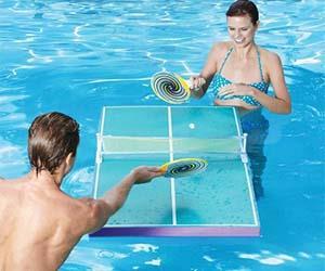 Due ragazzi giocanpo con il tavolo da ping pong galleggiante