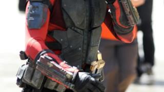 Primo piano del costume intero di Deadshot