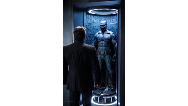 Batman guarda il suo costume