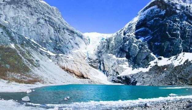 lago alpino vicino a un ghiacciaio