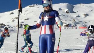 Una delle atlete statunitensi indossa il costume di Capitan America