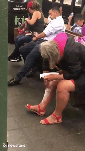 Una signora si rasa i peli in una stazione del treno - Le GIF più divertenti da scaricare e condividere su Facebook e WhatsApp