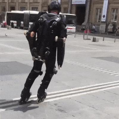 Un uomo con un sacco di rotelle addosso - Le GIF più divertenti da scaricare e condividere su Facebook e WhatsApp