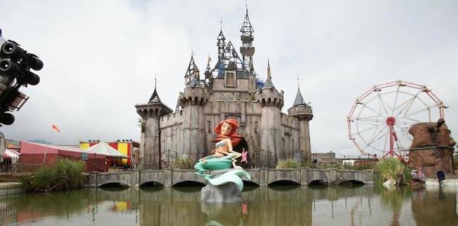 Il castello di Dismaland, il parco divertimenti di Banksy