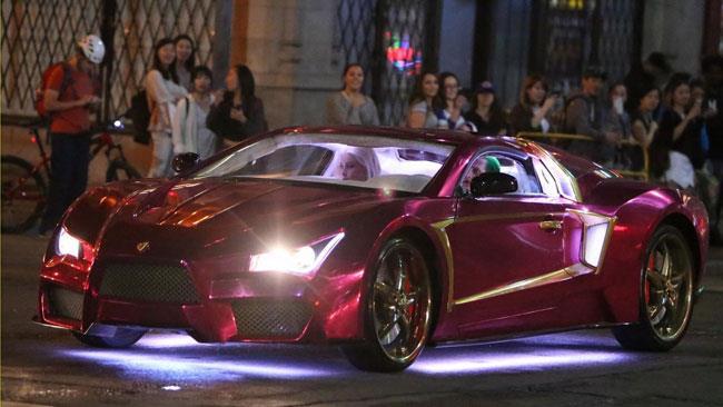 Gli stunt di Harley Quinn e del Joker a bordo dell'auto
