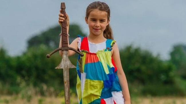 La bambina di sette anni che ha estratto una spada gigante dal lago.