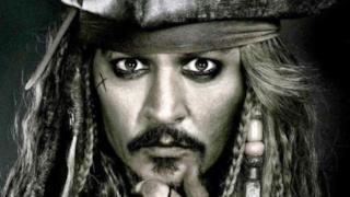 L'attore Jonny Depp in posa nei panni del pirata.