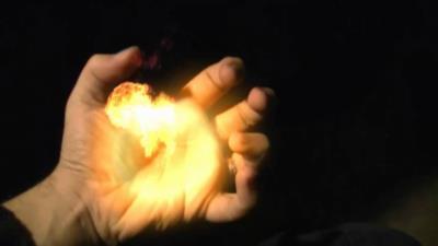 Una mano da cui si ergono delle fiamme