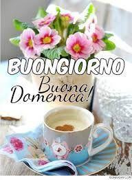 Una tazza di caffè e un mazzo di fiori
