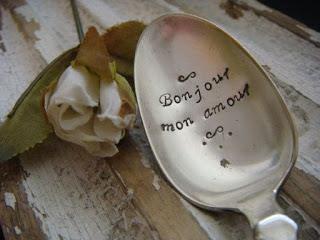 Un cucchiaio con una scritta d'amore