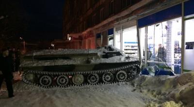Il carro armato parcheggiato nel supermercato