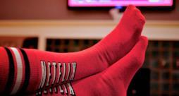 Un utente indossa dei calzini a tema Netflix