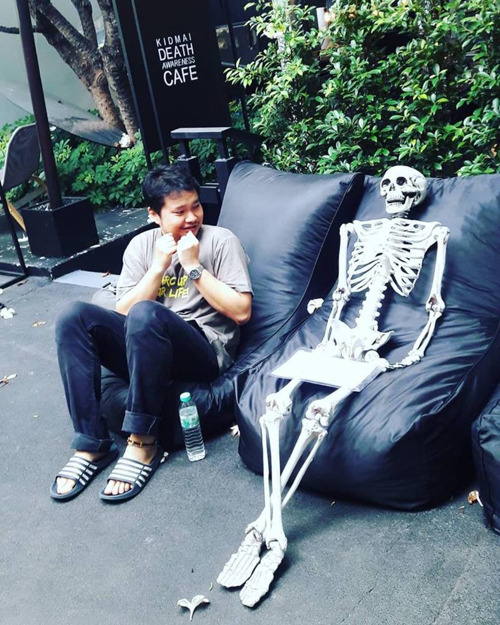 In Thailandia, il bar della morte ha scheletri come clienti