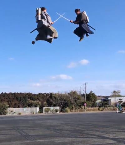 Due samurai in lotta a mezz'aria