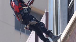 Deadshot e la scena d'azione dal tetto di un palazzo