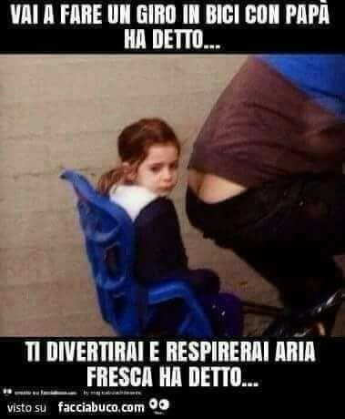 Immagini divertenti per WhatsApp - Una bambina seduta su un seggiolino da bicicletta