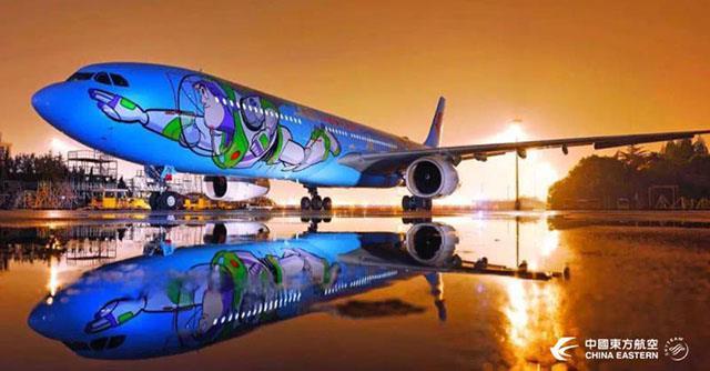 Buzz dipinto su un fianco dell'aereo di Toy Story