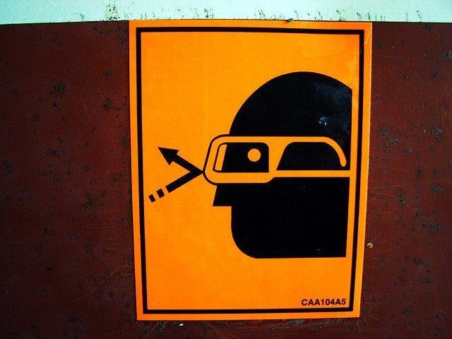 Cartello di sicurezza che obbliga gli occhiali protettivi