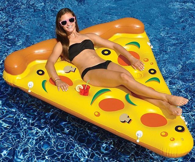 Una ragazza comodamente sdraiata sul materassino pizza