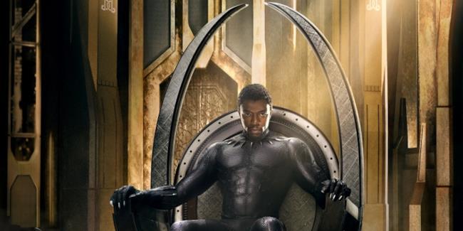 Black Panther seduto sul suo trono.