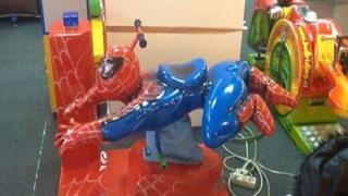 Una giostra a forma di Spider-Man
