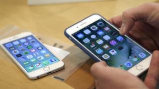 La foto di due smartphone.