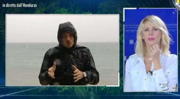 Alvin inviato in Honduras sotto la tempesta mentre la Marcuzzi lo guarda disagiata