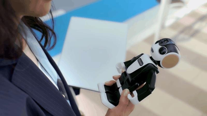 Lo smartphone umanoide RoBoHon mostra alcune delle sue funzioni