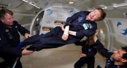 Lo scienziato Stephen Hawking durante un volo in assenza di gravità