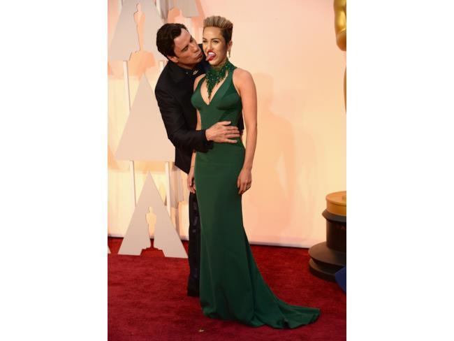 John Travolta bacia Miley Cyrus