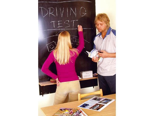 Scena iniziale di un film per adulti con test della patente