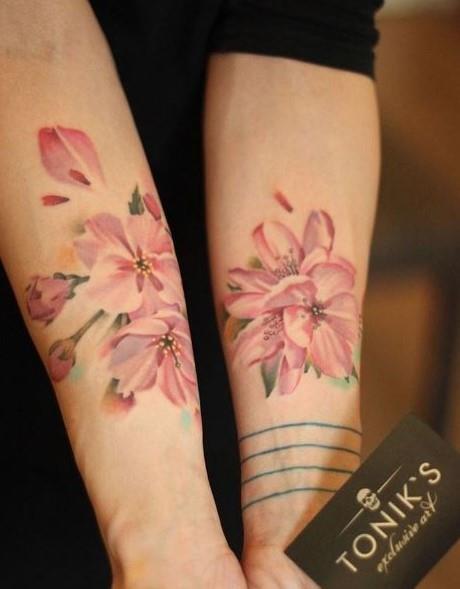 Due fiori tatuati sugli avambracci - Tatuaggi acquarello, alcune fantastiche idee per i tuoi lavori
