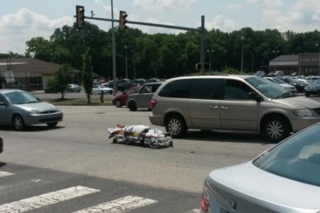 Cadavere in mezzo al traffico stradale