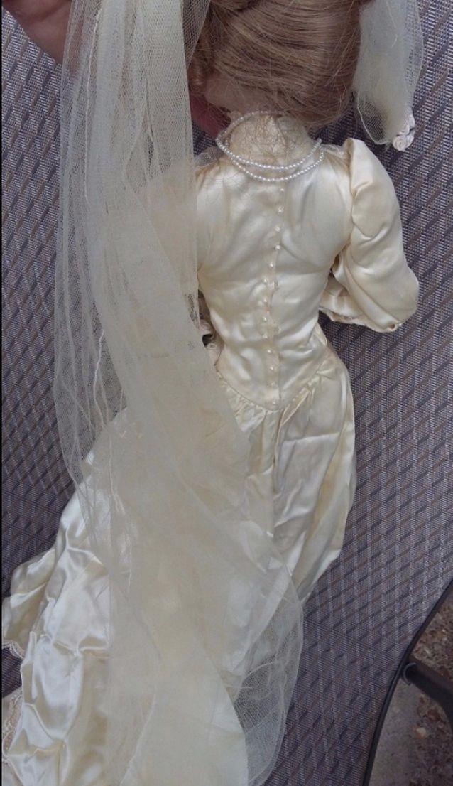 La Merrick mostra la bambola in vendita