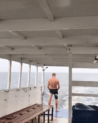 Uno scherzo in barca andato male - Le GIF più divertenti da scaricare e condividere su Facebook e WhatsApp