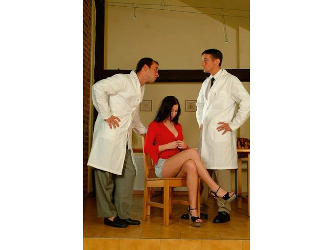 Scena iniziale di un film per adulti con visita dal medico