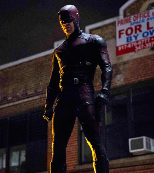 Daredevil in una delle scene finali della serie Netflix con il suo costume rosso