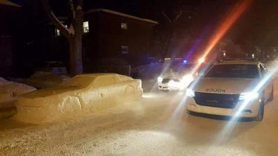 Due auto della polizia presso il veicolo di neve